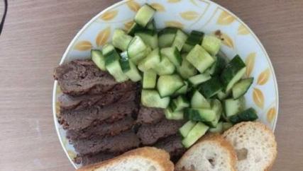 十分钟晚餐牛排煎一下,切成片摆盘黄瓜切成小方块,加糖加盐加醋腌一下摆盘买的小面包
