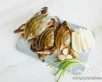 【梭子蟹炒年糕】食材:梭子蟹,年糕辅料:大蒜4瓣,生姜1块,生抽2勺,胡椒粉少许,干辣