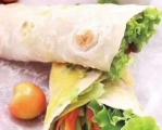 💝 早餐推荐:黄瓜卷饼💝 70克面粉、半根黄瓜半根胡萝卜、一小碟韩国泡菜1. 将面粉放在干净的案板上