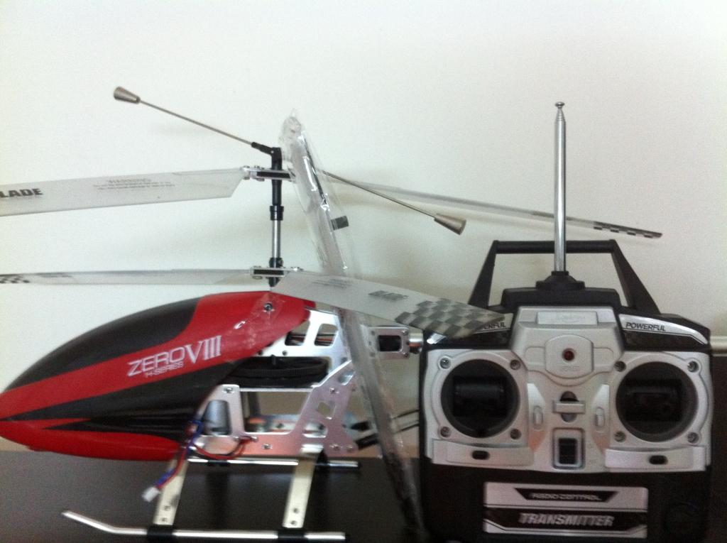 虽然直升机容易操作,稳定性好,但这终究是一架航空器,要操控好它也是一门学问,只有不断提高自己的操控技巧才能充分体验到电遥直升机的巨大乐趣,所以强烈建议您在试飞前一定要仔细阅读附随的说明书,不要急于实机操作。若要交由孩子操控玩耍,您一定要在事先充分掌握相关的操作要领并给予孩子及时的帮助指导;