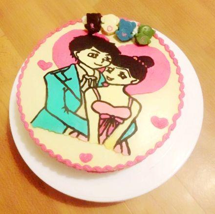情侣图案的芒果慕斯蛋糕,结婚周年纪念图片