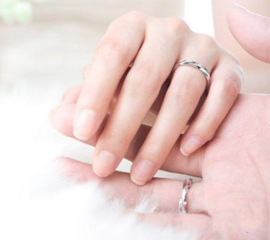 女生左手中指戴戒指有什么含义么?图片