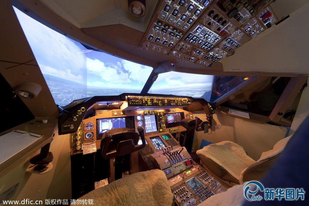 英男子将卧室改造成飞机驾驶舱(高清)