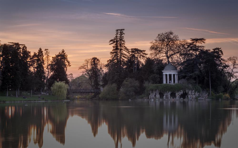 文森森林号称巴黎两肺之一,位于巴黎东郊,由许多公园围绕着文森森林