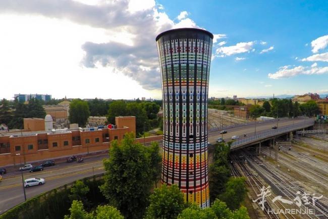 自从那之后,这个彩虹塔成为该城市非常重要的建筑,是米兰颜色和创造性的象征,逐渐成为地标建筑。   如今,许多顶级公司集聚一堂,为1990年以来的第一次改造设计出一个不寻常的城市结构覆盖上1万块五彩的瓷砖重拾25年前的辉煌,欢庆2015年世博会的盛大举行。   彩虹塔改造项目的合作公司是Bazzea  B Construction Technology、Condor、Fila Solutions、Mapei以及Marazzi。