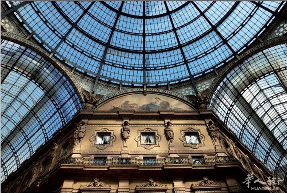 该长廊由拉丁十字形的两个拱形玻璃构成,覆盖着连接duomo大教堂广场图片