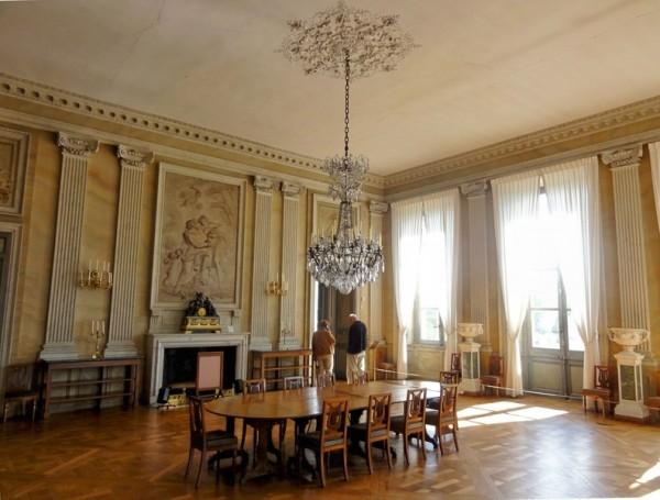 附属建筑。(all-free-photos.com) 欢乐的活动之余,我们为游客介绍一下沃子爵城堡的历史和特色。首先讲讲兴建者尼古拉富凯(Nicolas Fouquet,1615-1680)富有传奇色彩的生平。 富凯是路易十四时期的法国财政总管,贝勒岛侯爵,默伦和沃子爵,他出身于巴黎一个富裕的贵族议员家庭。1640年,他与议员的女儿路易丝-富申(Louise Fouch)结婚,一年后妻子病逝,他继承了她丰厚的嫁妆。同一年,身为国会议员的富凯,买下了兴建沃子爵城堡的领地。 在投石党之乱(1648~1653