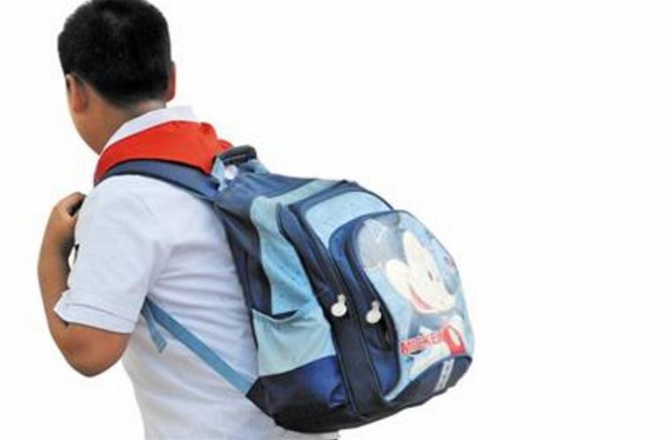 西班牙一项研究显示, 孩子 如果背的书包太重,长大后容易出现背部疼痛.