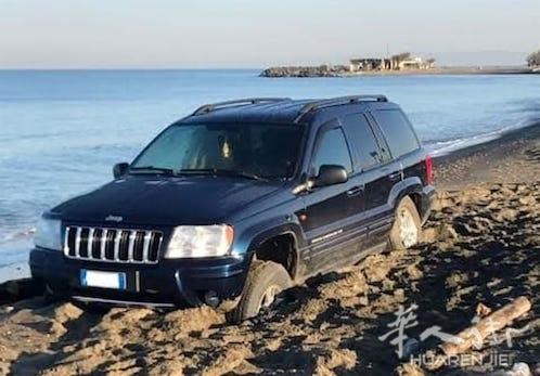 罗马一男子为试吉普车性能将其开到海边沙滩结果轮陷