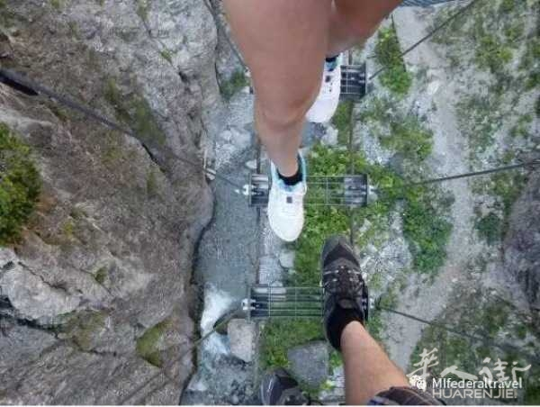 每天上班都没有怎么出去玩过,很想去意大利的某个峡谷走索