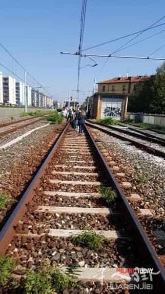 米兰M2地铁出轨,400乘客被疏散