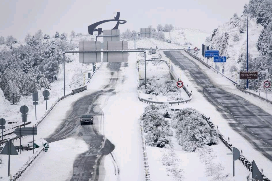 一场朋友圈的大雪竟然让西班牙300多条公路受到影响