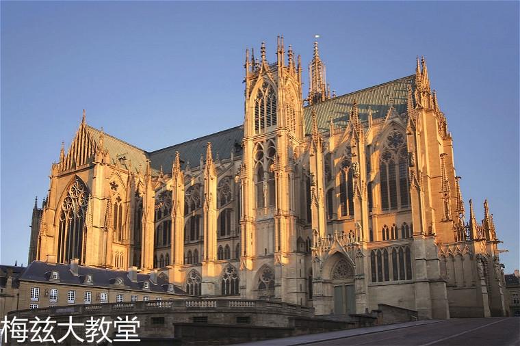 1200px-Metz_cathedrale_saint_etienne_vue_en_bas_rue_d_estree_sous_lumiere_hiver.jpg