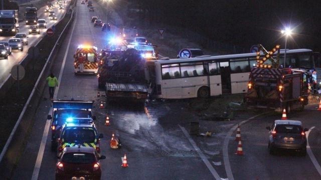 法国再现校车事故,撞卡车1死2伤