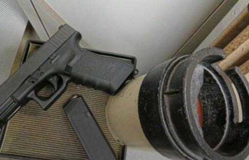 女警察偷枪.png