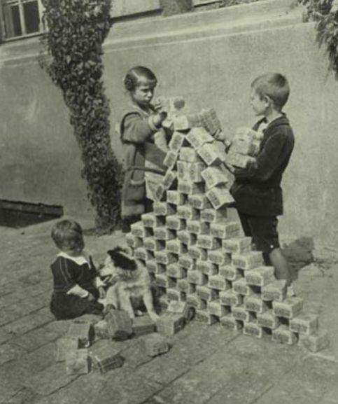 20世紀初經濟?;鷂下圖是經濟?;幸桓鼉拿攔彝ジ九?這幅照片曾被評為20世紀...