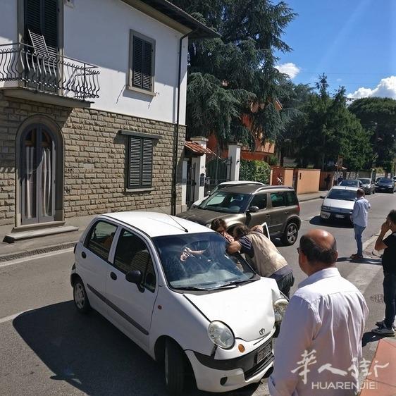华人驾驶宝马车追尾一辆拐弯的车 83岁老太受伤