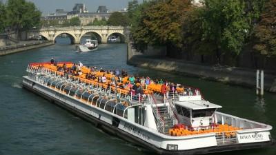 105478578-pont-neuf-bateau-mouche-seine-sightseeing.jpg