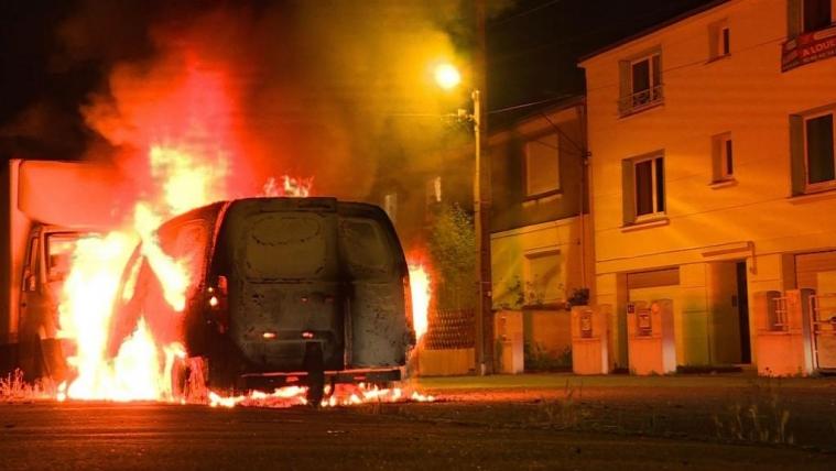 法国南特暴力持续周四晚50辆车被焚