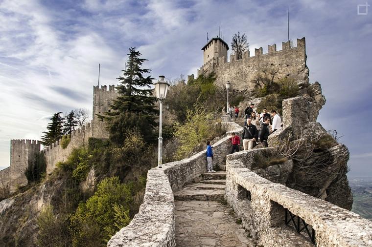 Passo-delle-Streghe-a-San-Marino-sotto-il-castello-Rocca-Guaita.jpg