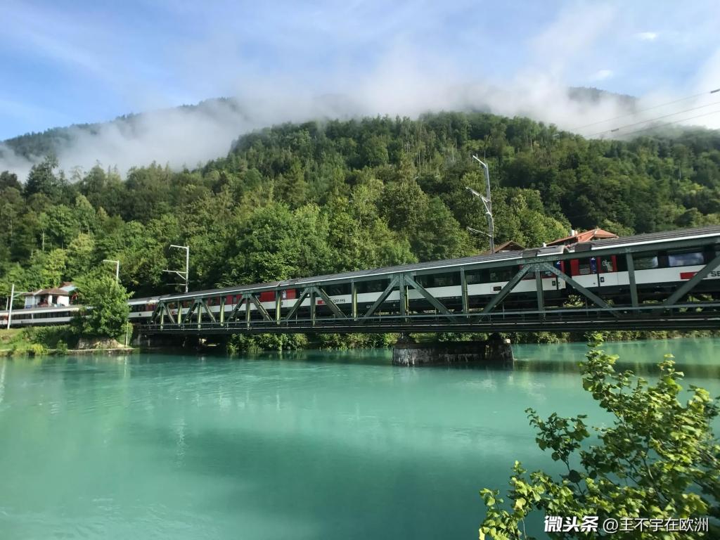 两湖中间之地——因特拉肯,瑞士的水各种程度的绿。