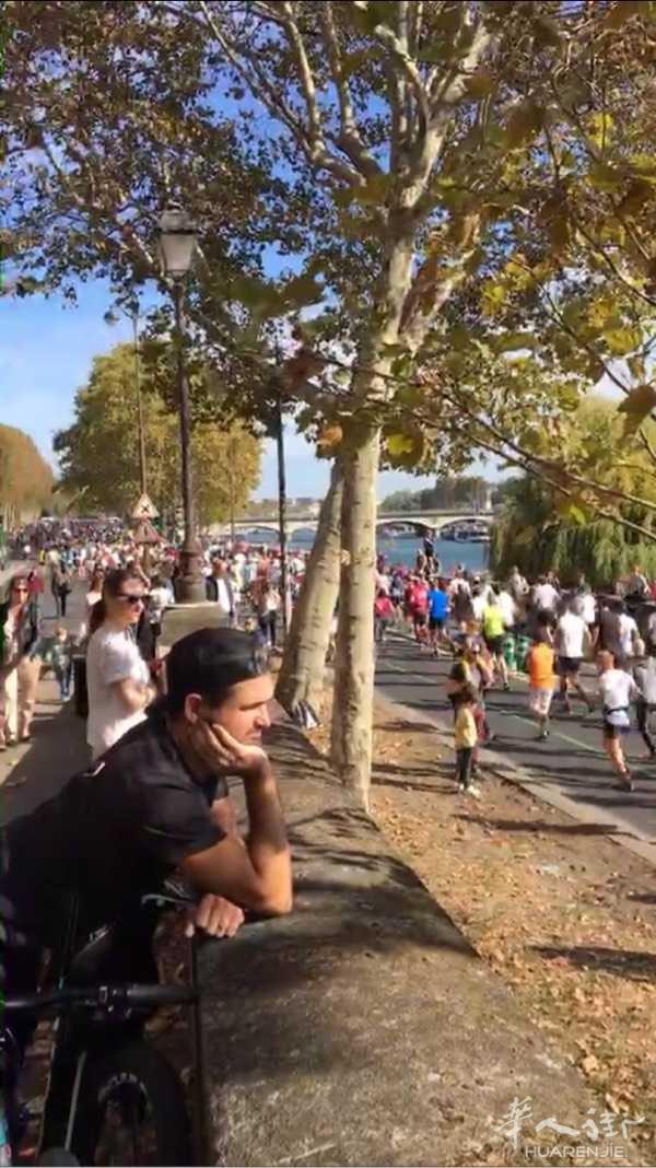 今天好天气,铁塔塞纳河畔马拉松比赛,为他们加油。