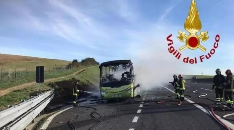 A1高速一辆满载学生的旅游大巴起火