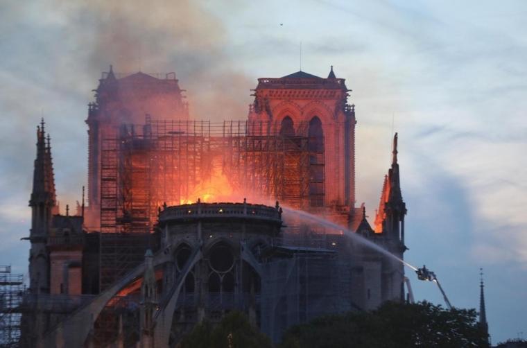 """巴黎圣母院火灾""""六问"""""""
