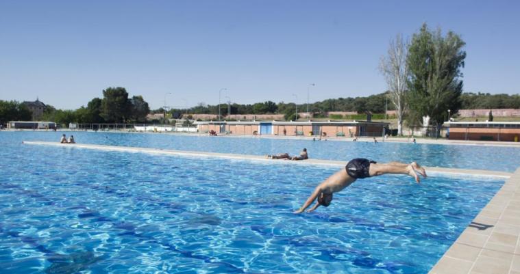 早起的青年可以免費游泳