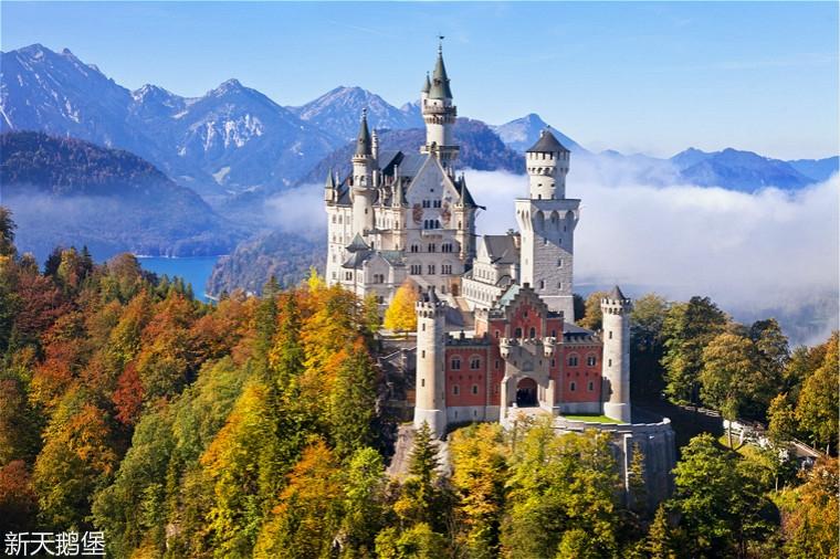 Schloss-Neuschwanstein-erleuchtet-im-Herbst.jpg