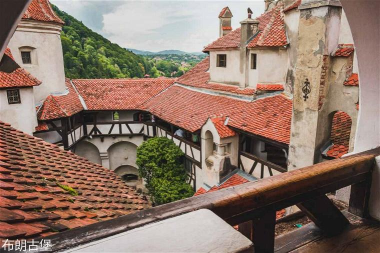 interior-courtyard-bran-castle.jpg