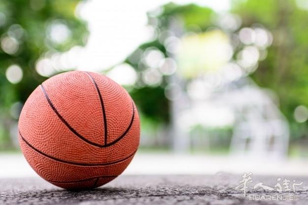 palla-arancione-per-giocare-a-basket-su-un-pavimento-nel-campo-da-basket-al-parc.jpg