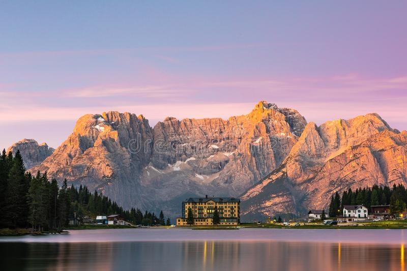 意大利多洛米蒂山脉米苏里纳湖的美丽日出-160361912.jpeg