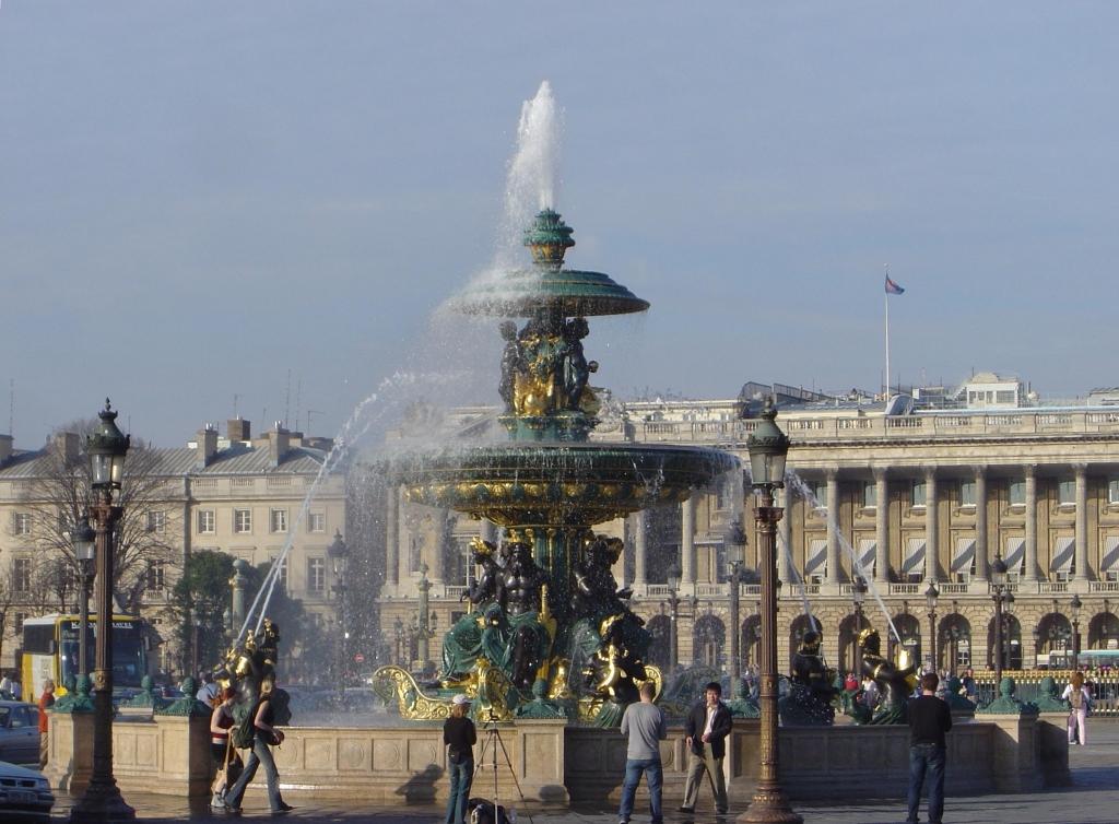 Place_de_la_Concorde_fountain_dsc00774.jpg