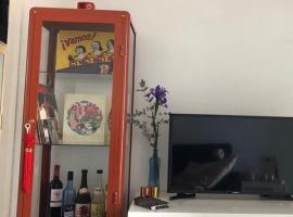 宜家橘色玻璃柜、展示柜出售 99新