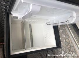 出洗衣机、小方凳、割木机、小冰箱、皮椅子、双人床、落地镜
