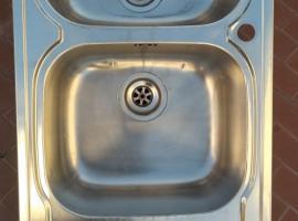 本人有两个不锈钢水慒低价出售因为搬家现在房东留下所有家具放不下
