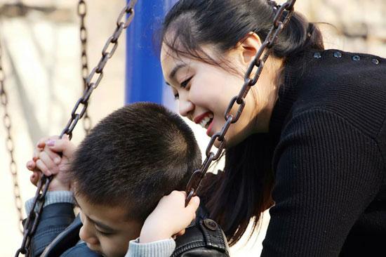 """90后女子办自闭症学校遭质疑 父母曾认为其""""走火入魔"""""""