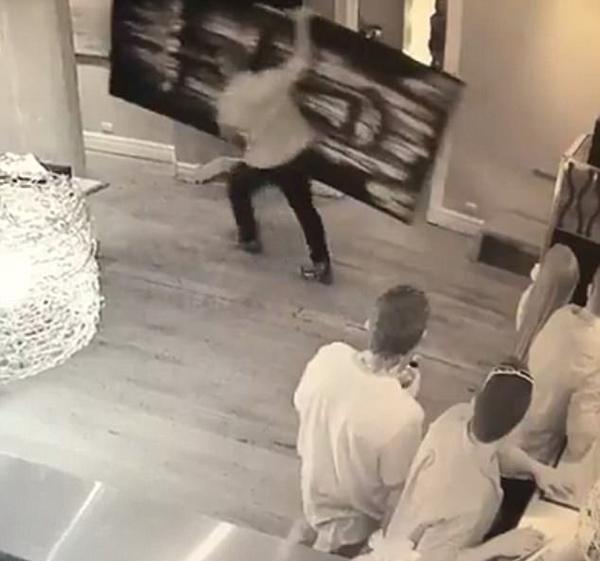 澳笨贼潜入餐馆偷巨型画像被店主女儿勇追讨回