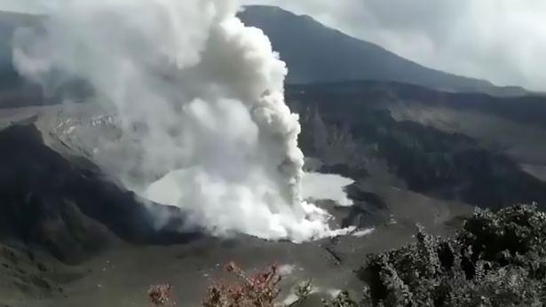 场面壮观!波阿斯火山喷出305米高火山灰云