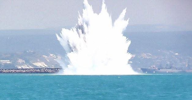 震撼!二战时期水雷被引爆掀起30米高巨浪
