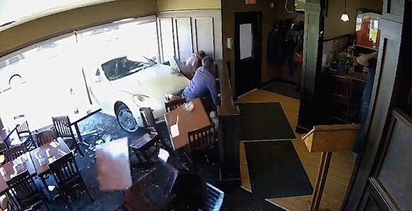加拿大两男巫师餐厅用餐意外被车撞飞