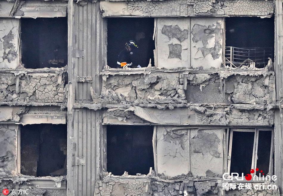伦敦公寓楼大火灾后现场满目疮痍