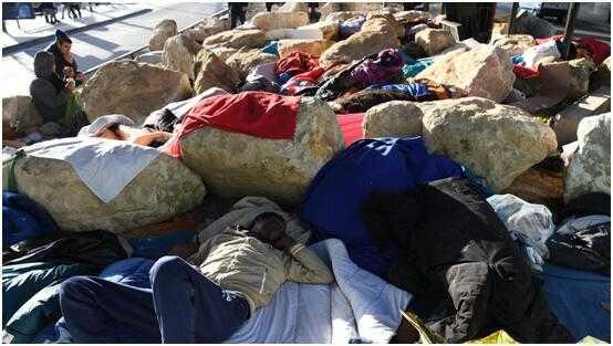 """巴黎""""富人区""""区长抗议""""被安置""""449位难民"""